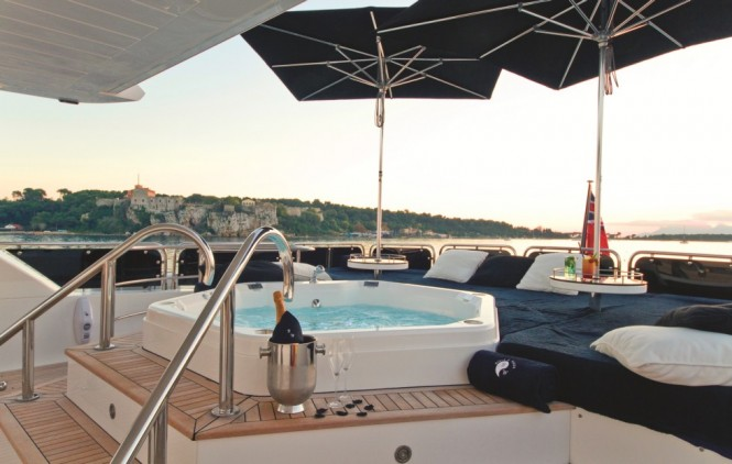 Sunskeeker open yacht BLACK AND WHITE - Jacuzzi
