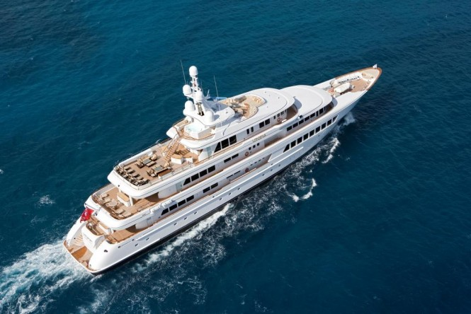 Utopia yacht - running