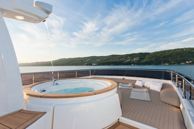 Luxury yacht ZIACANAIA - Flybridge sunpads and Jacuzzi