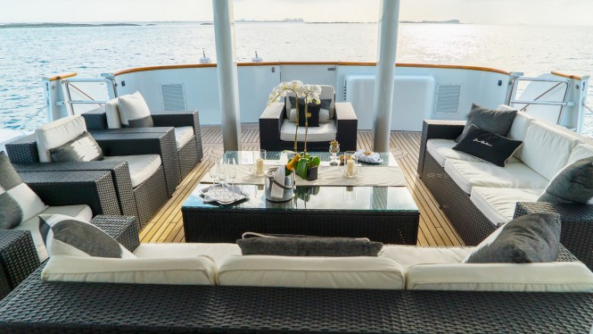 M/Y GRAND ILLUSION - Main deck aft lounging