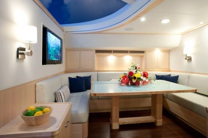 Sailing yacht NOSTROMO - Salon dining
