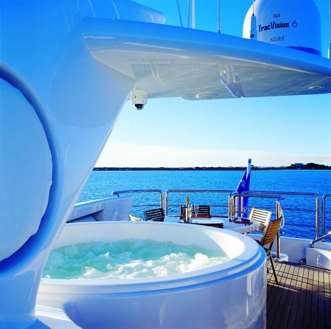 Superyacht BENITA BLUE - Top deck spa pool