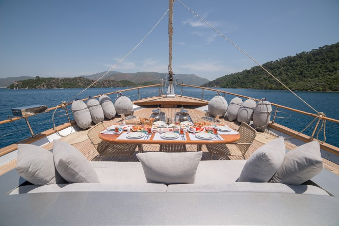 Superyacht SILVER MOON - Foredeck dining amd sunpads