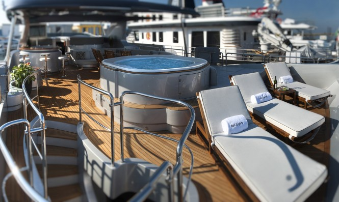 Superyacht TAIL LIGHTS - Flybridge