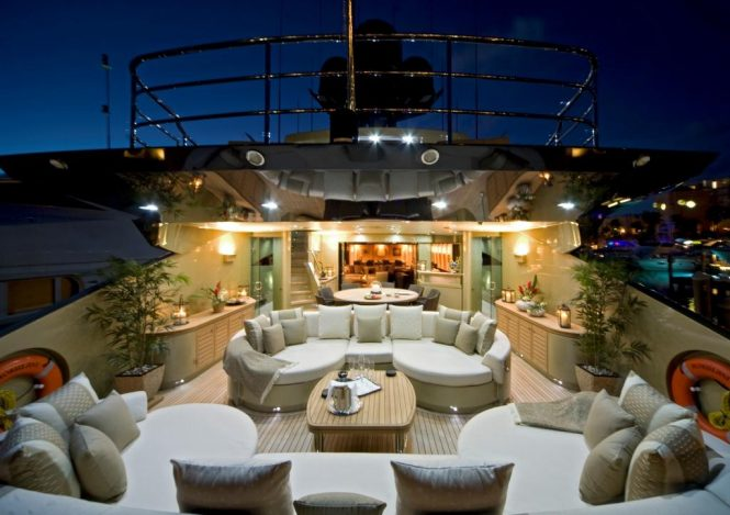 Motor yacht HOKULANI - Main deck aft lounge