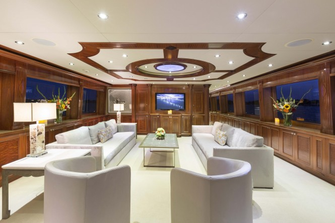 Superyacht FAR FROM IT - Main salon