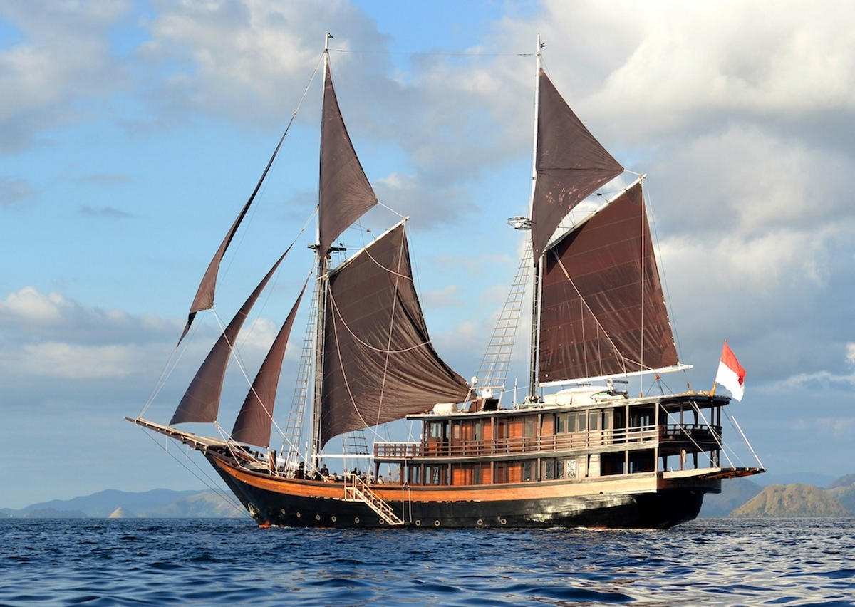 Luxury phinisi DUNIA BARU - Available for charter in Indonesia