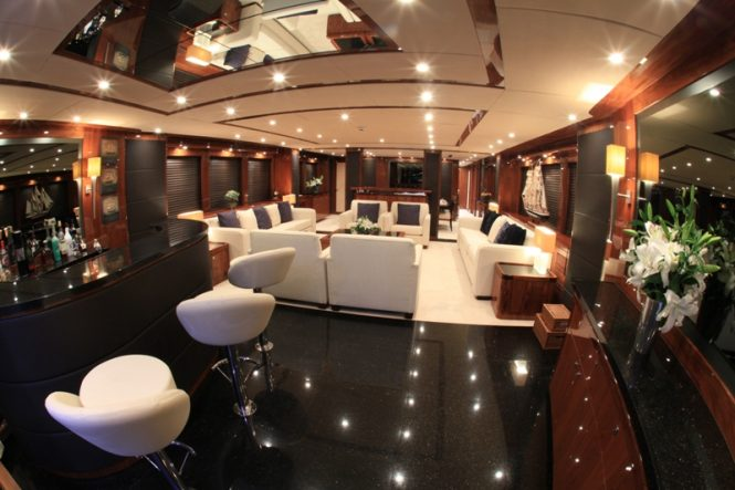 Luxury yacht BARRACUDA RED SEA - Main salon and bar