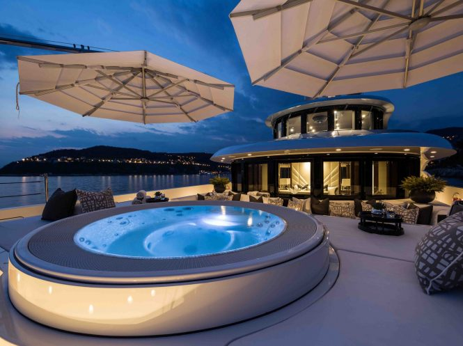 Motor yacht 11.11 - Jacuzzi and sunpads on the bow