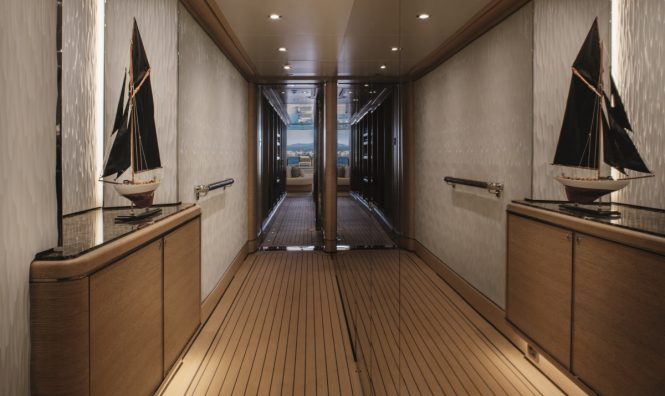 Motor yacht CLOUD 9 - Guest corridor on the lower deck