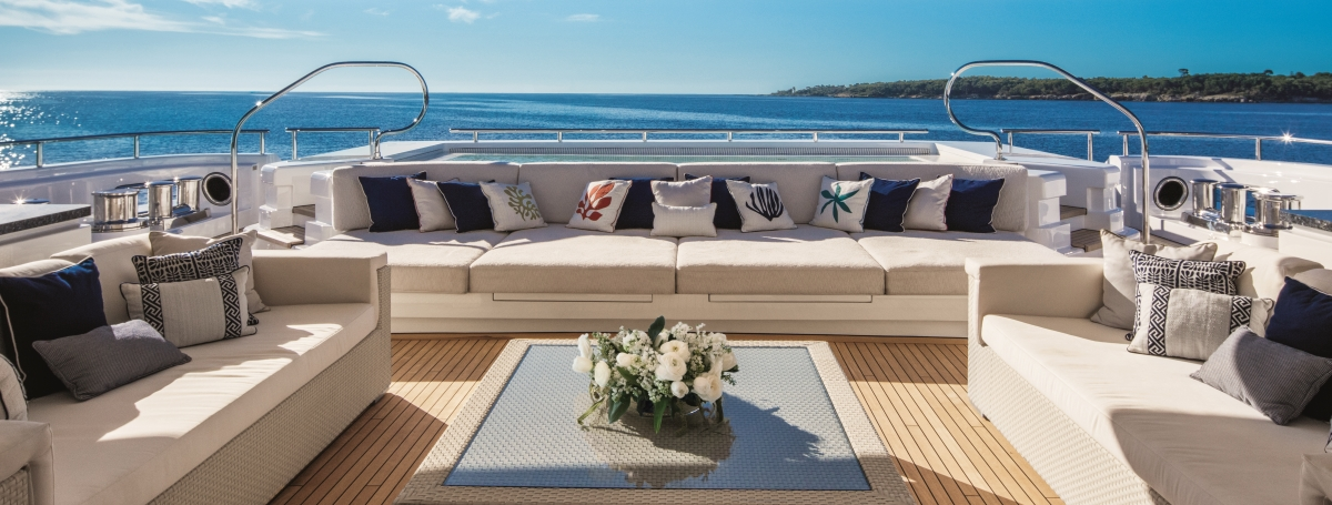 Motor yacht CLOUD 9 - Main deck aft lounging area and pool