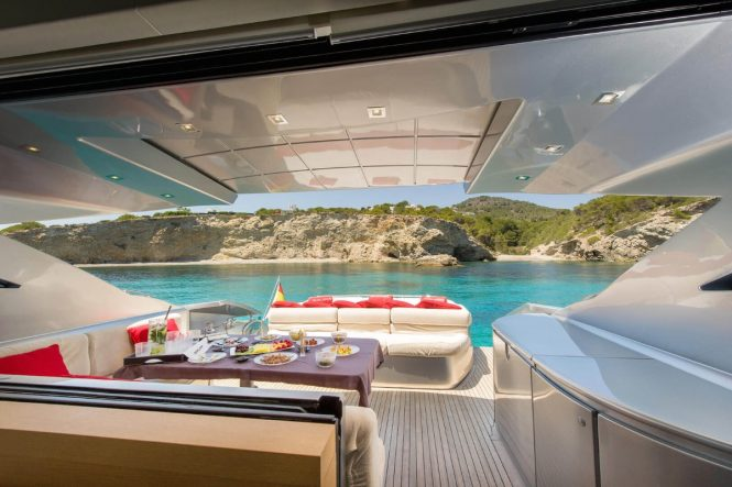 Motor yacht SHALIMAR - Main deck aft alfresco dining and sunpad