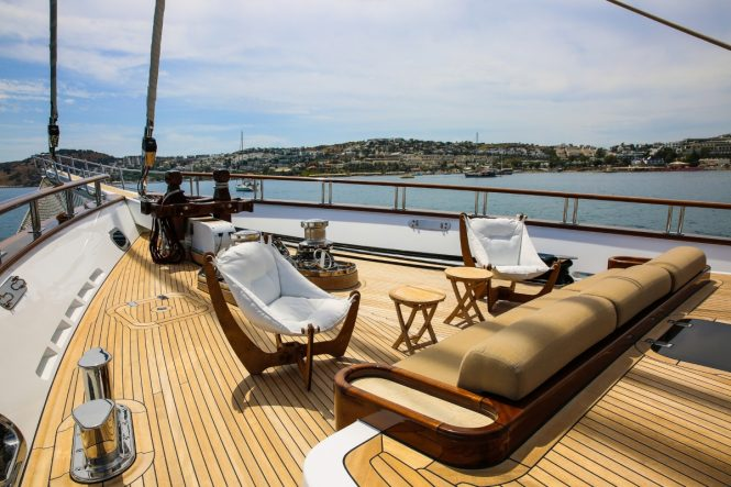 Sailing yacht ZANZIBA - Bow seating