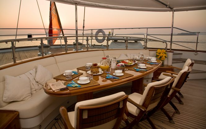 Superyacht DRUMBEAT - Breakfast at sunrise