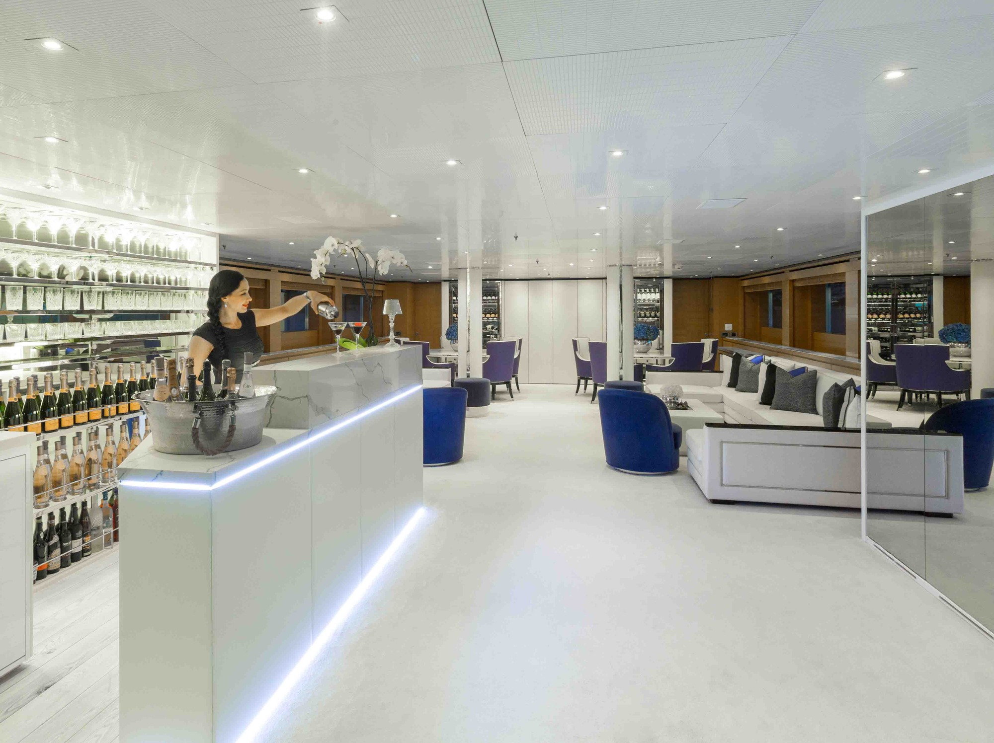 Superyacht MISCHIEF - Main salon bar and lounge
