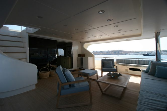 Superyacht M&M - Spacious aft deck salon