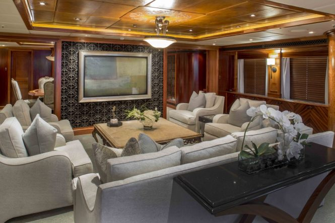 Superyacht UNBRIDLED - Main salon