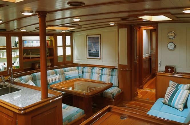 Luxury charter yacht COPIHUE - Salon and dining area