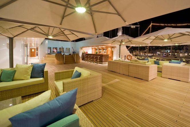 Motor yacht LAUREN L - Sundeck aft seating, Jacuzzi and bar