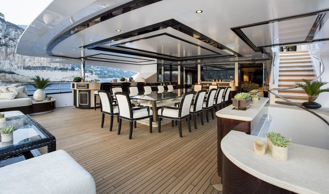 alfresco dining aboard the spectacular ILLUSION V superyacht