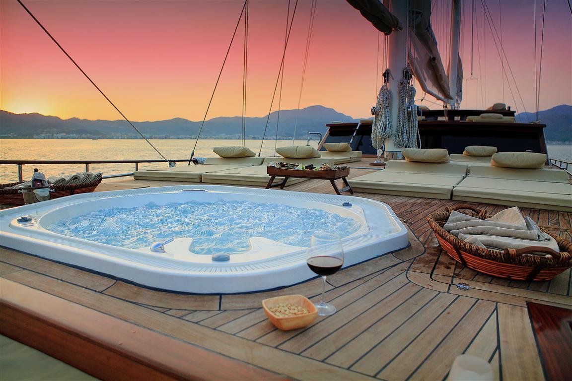 on deck spa pool aboard MEZCAL 2