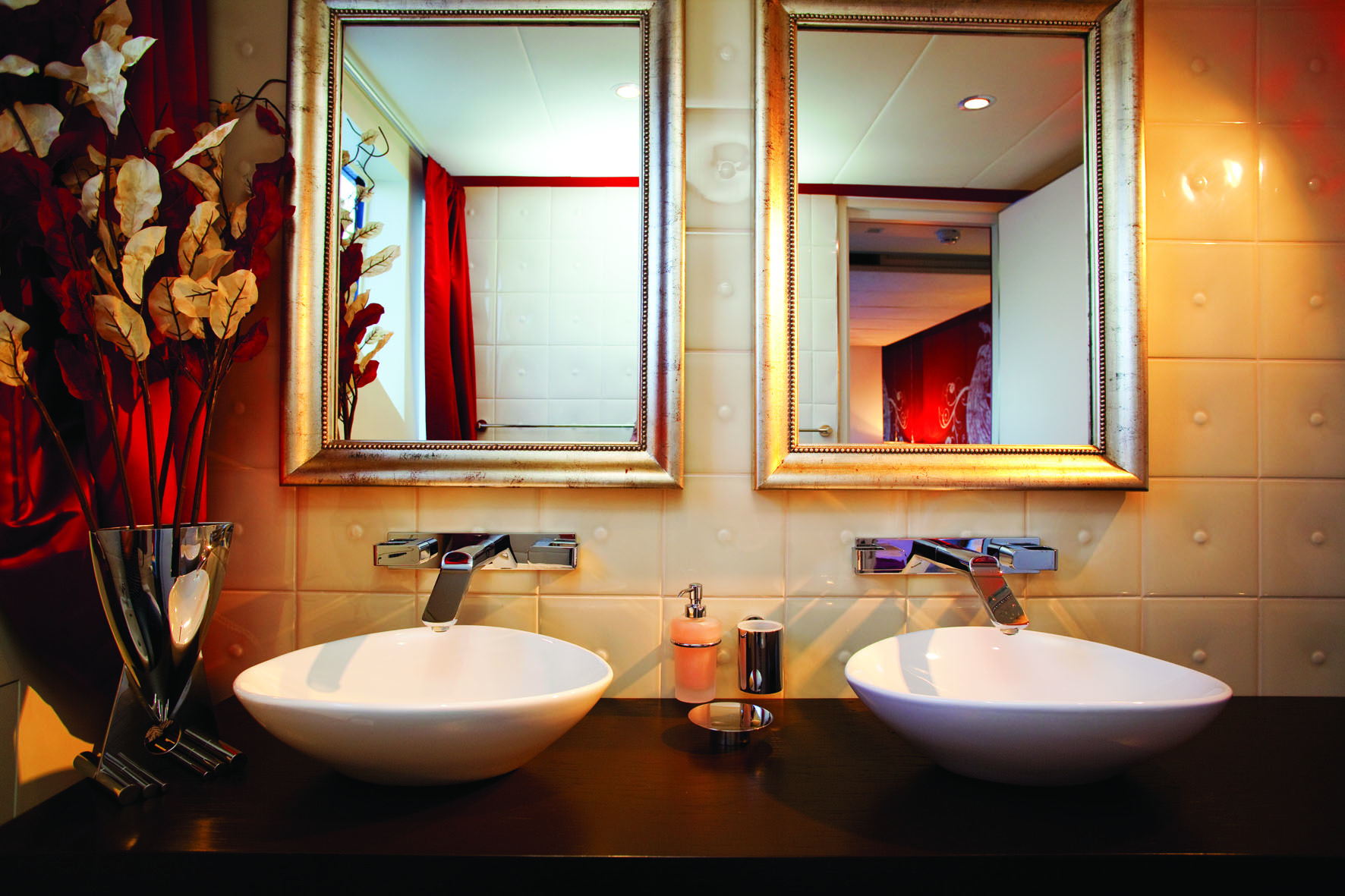 Chic cabin bathroom - Superyacht JoyMe - Interior by Standby - Builder Phillip Zepter Yachts