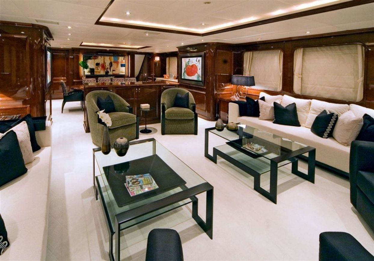 Profile: Yacht DE DE's Premier Saloon Captured