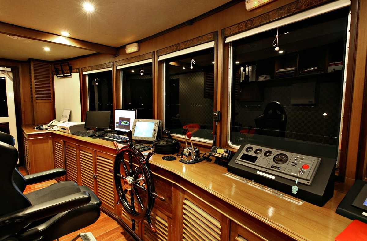Pilot House On Board Yacht DHAAINKAN'BAA