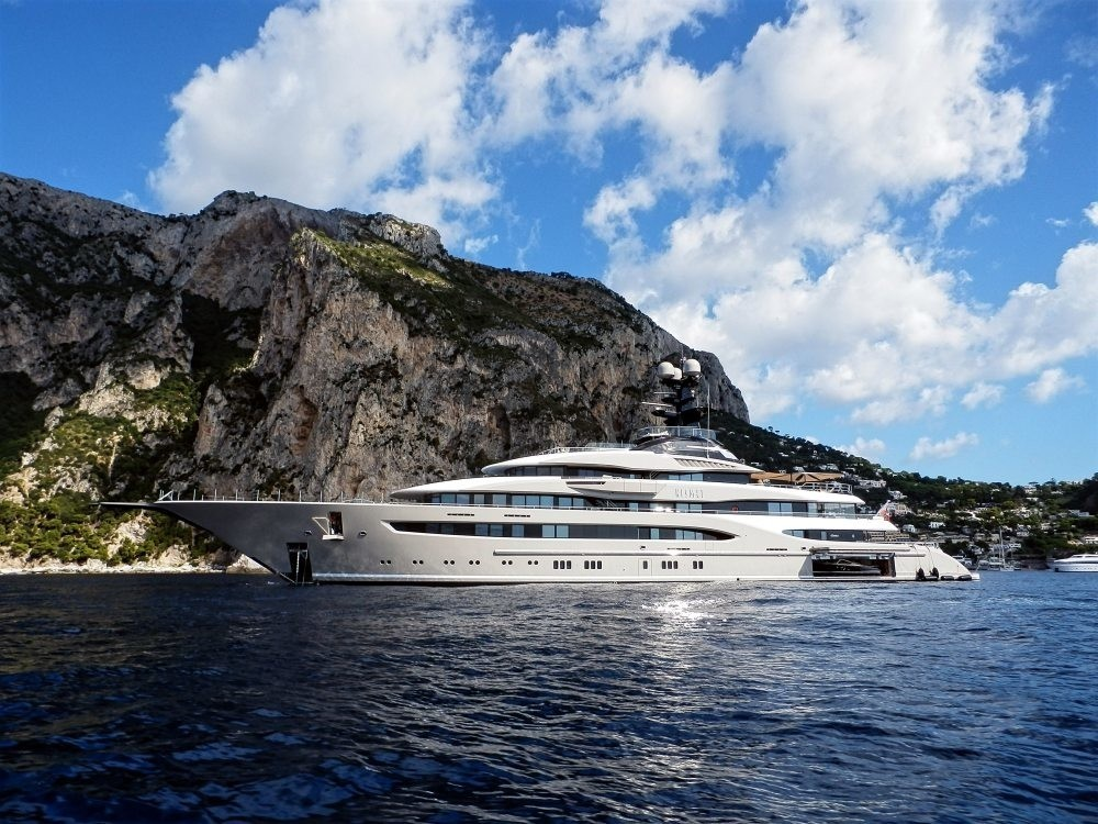 profile of 95m mega yacht by Lurssen