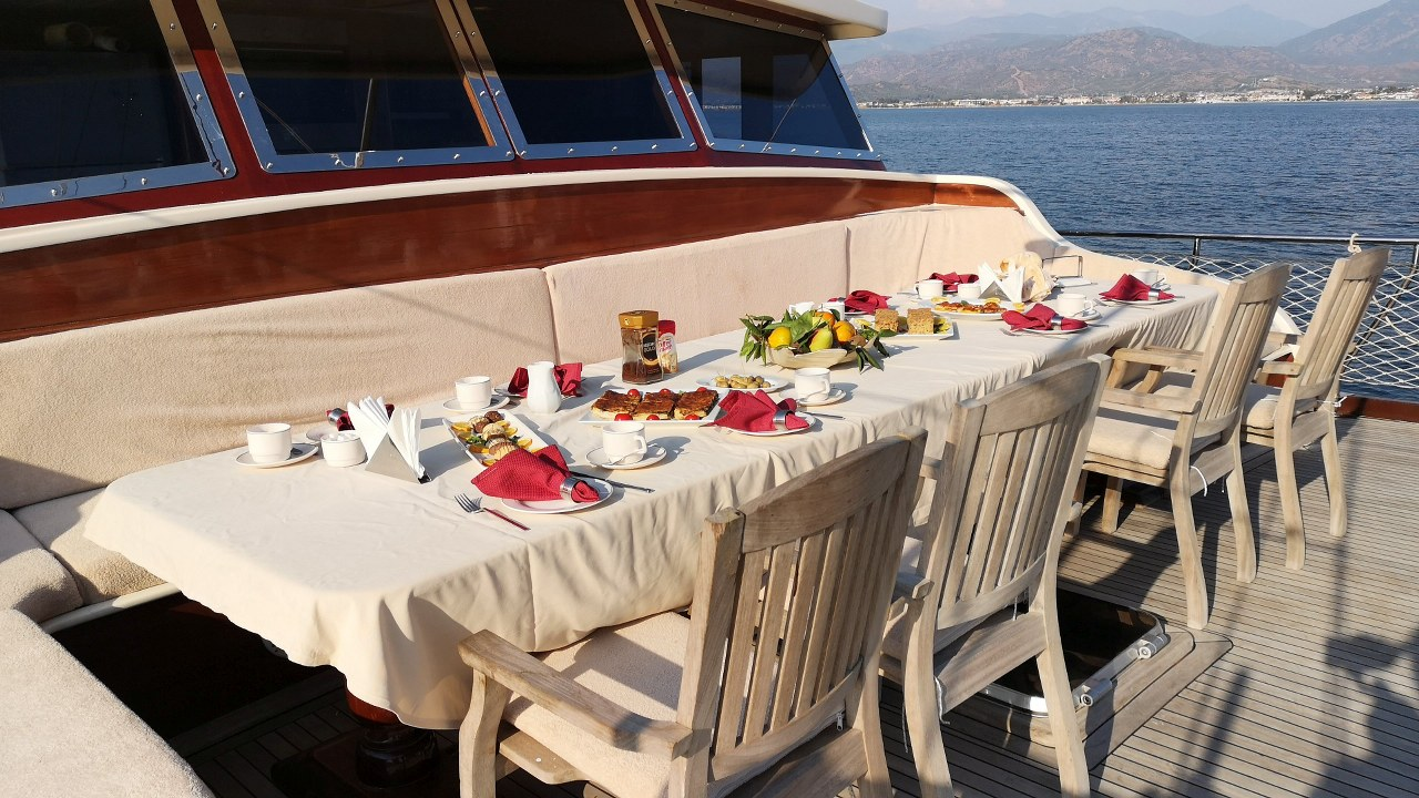 Bow deck dining