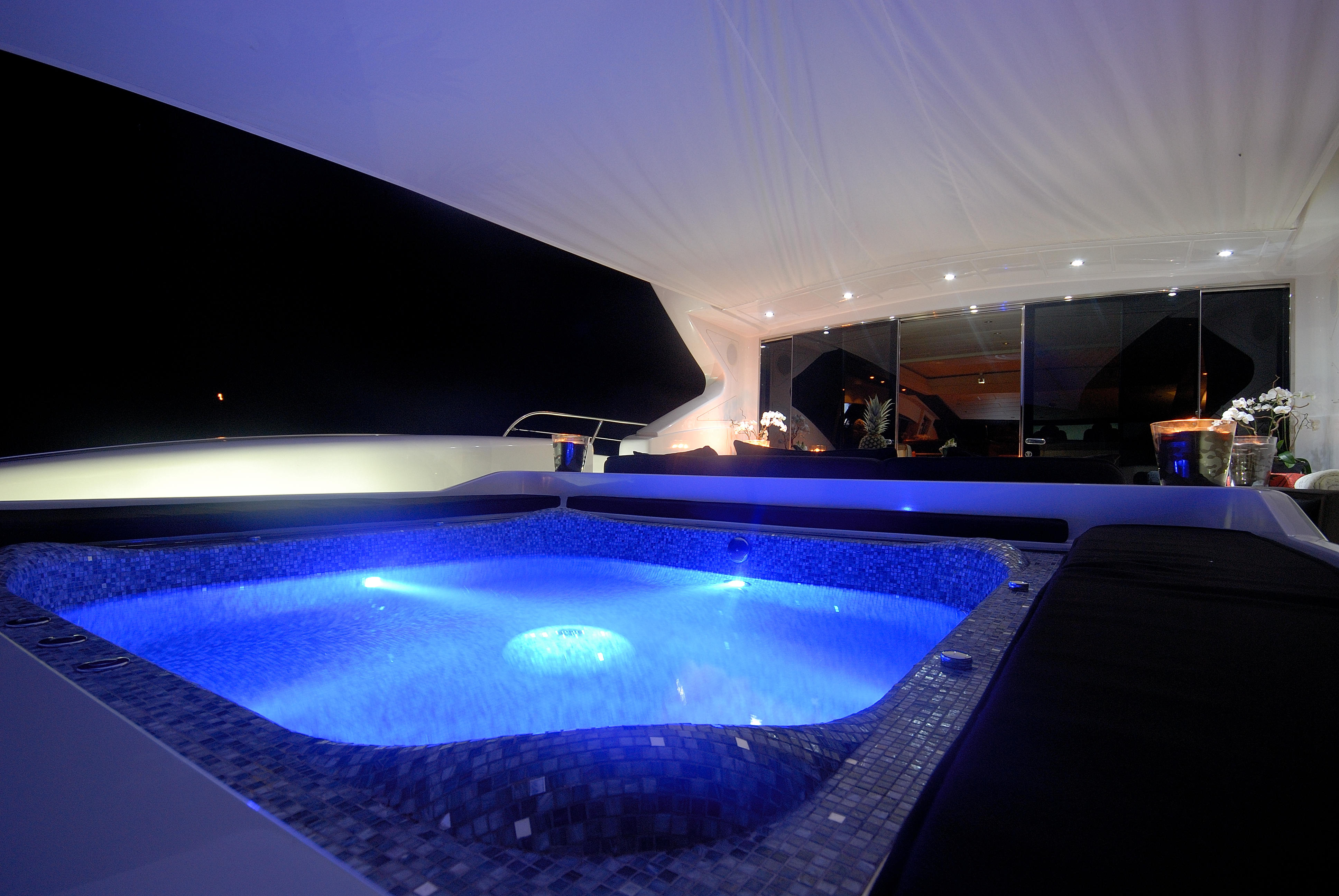 BLOOMS - Jacuzzi – Luxury Yacht Browser | by CHARTERWORLD Superyacht ...