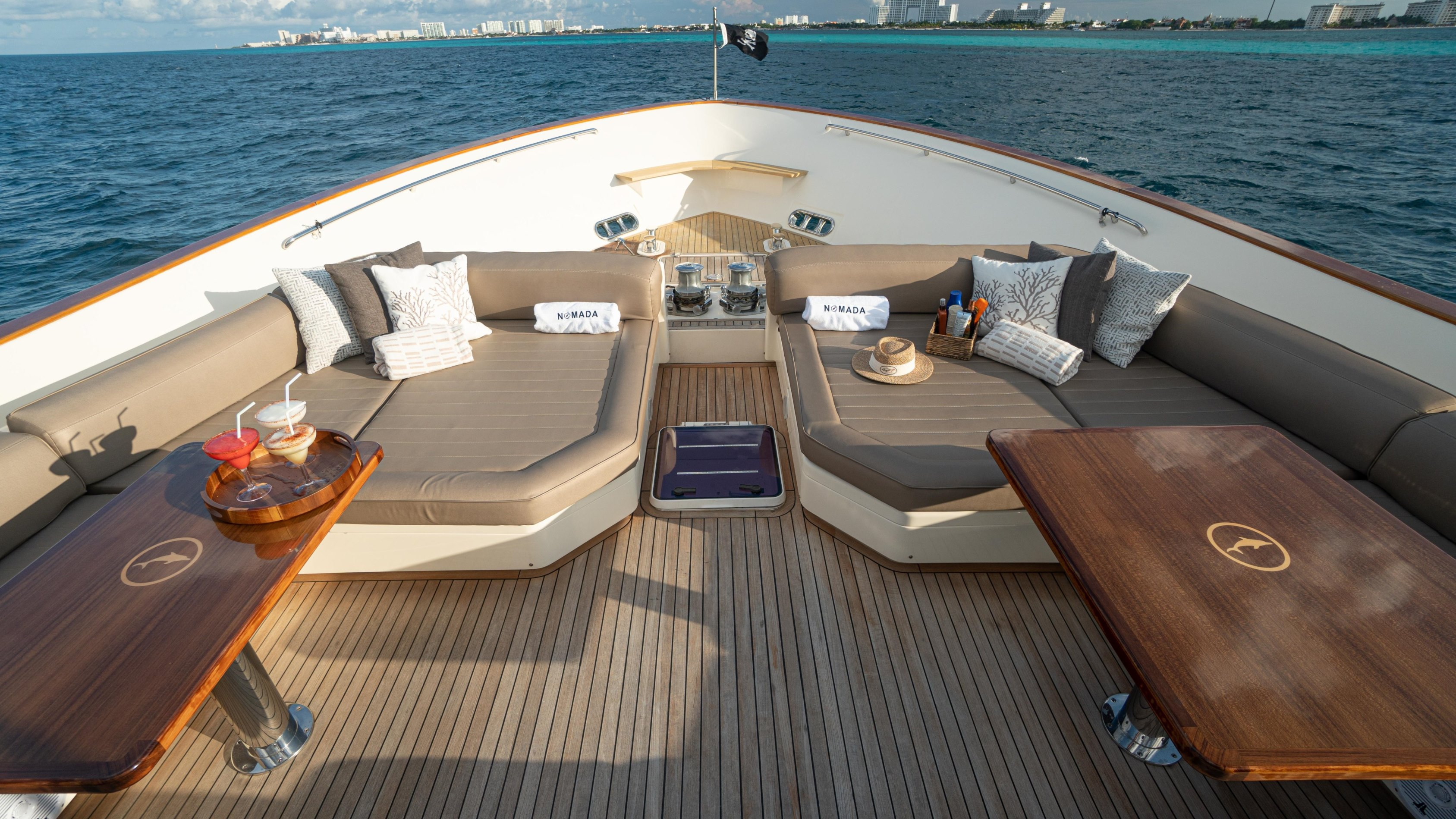 Foredeck seating and dining