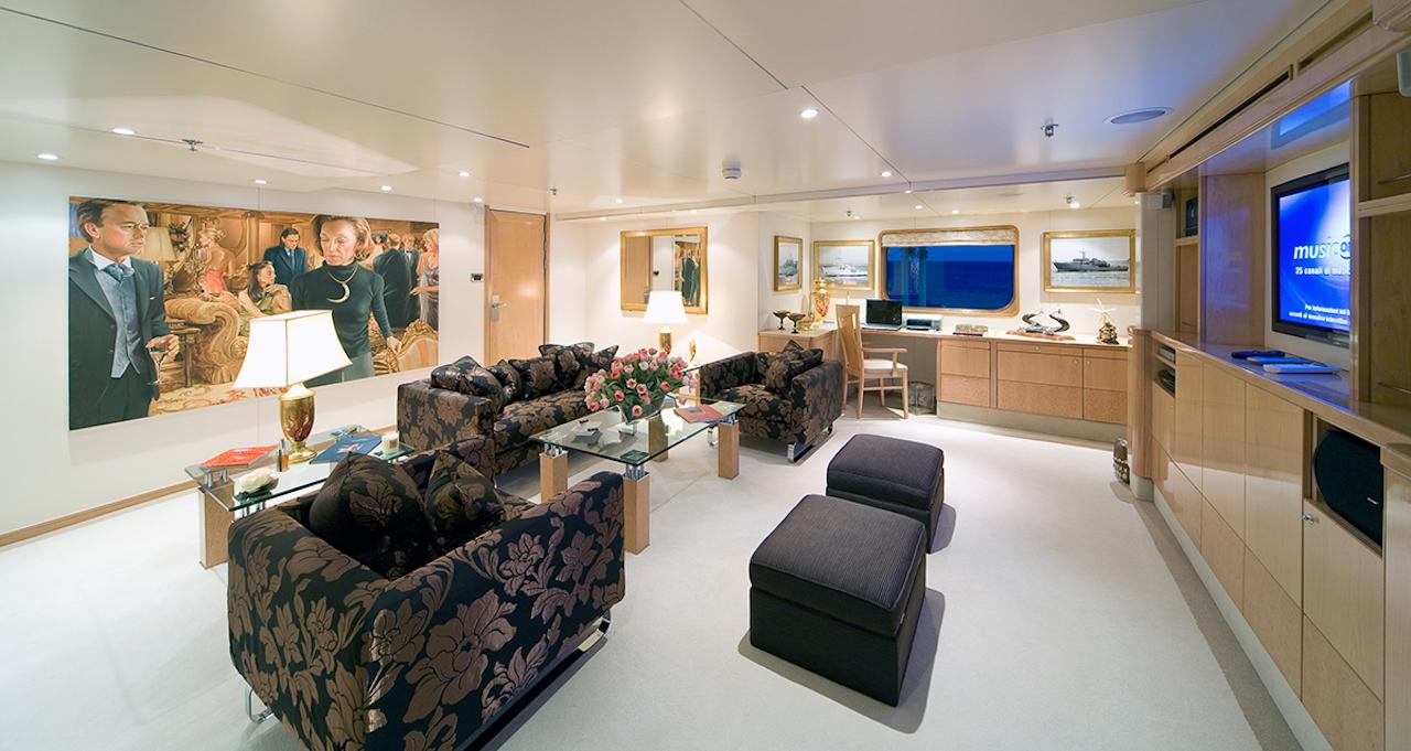 Darwin Cabin - Master Salon
