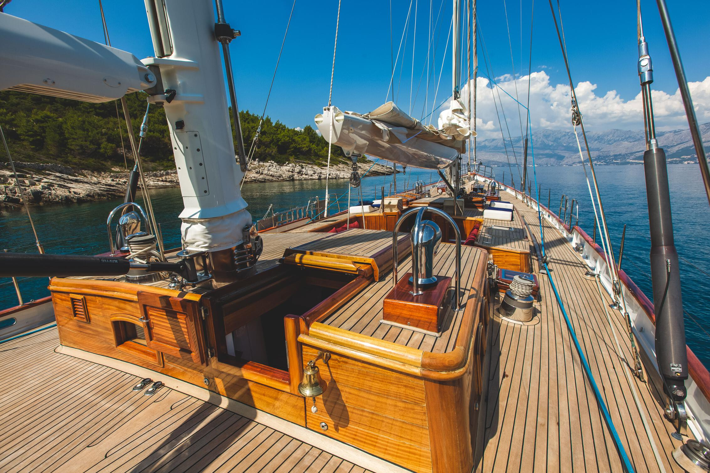SY Lauran A Teak Deck All Over This Beauty