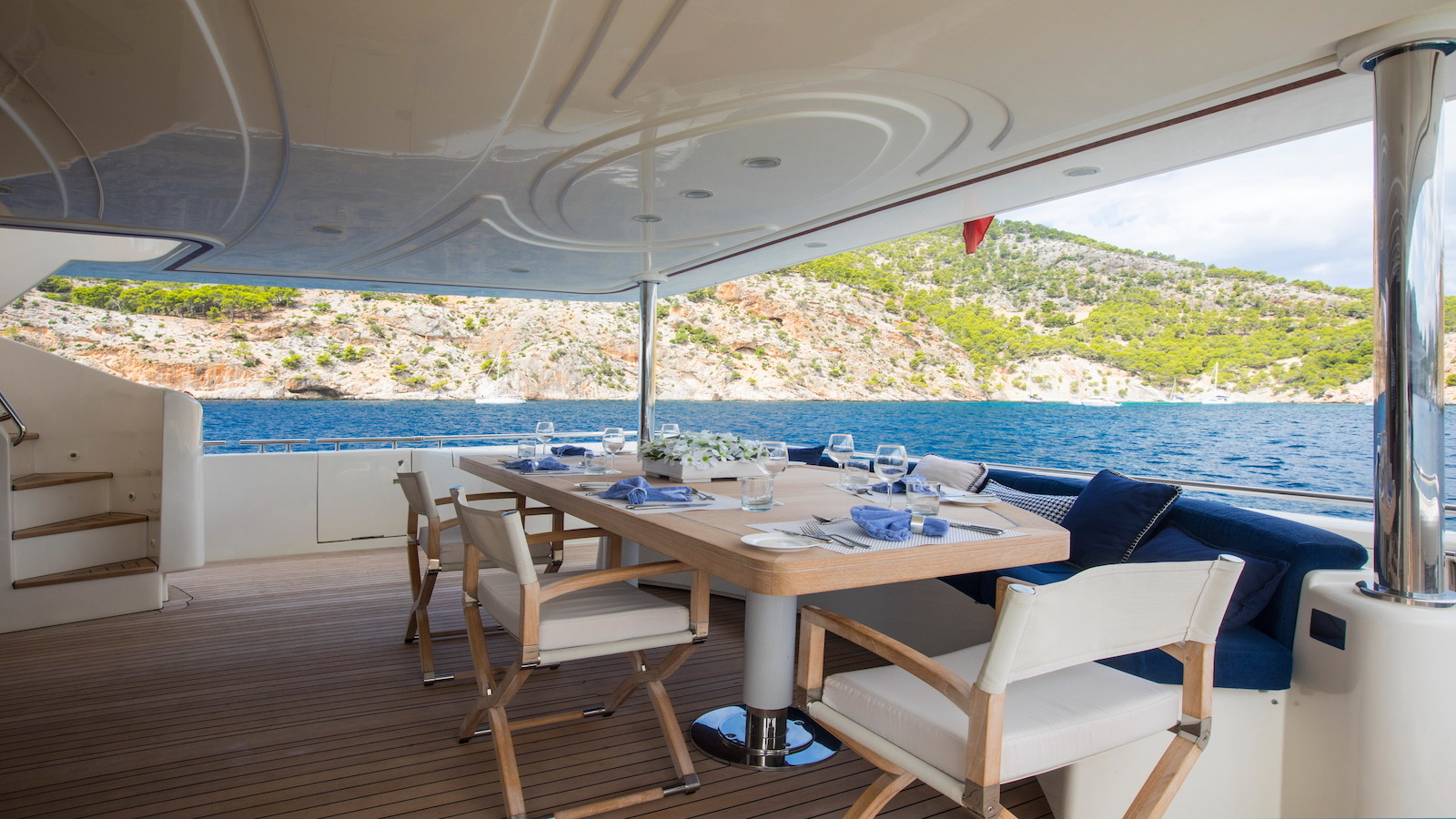 Aft deck and alfresco dining