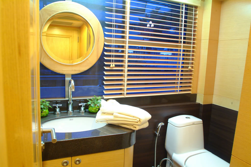 Starboard Cabin Ensuite Facilities