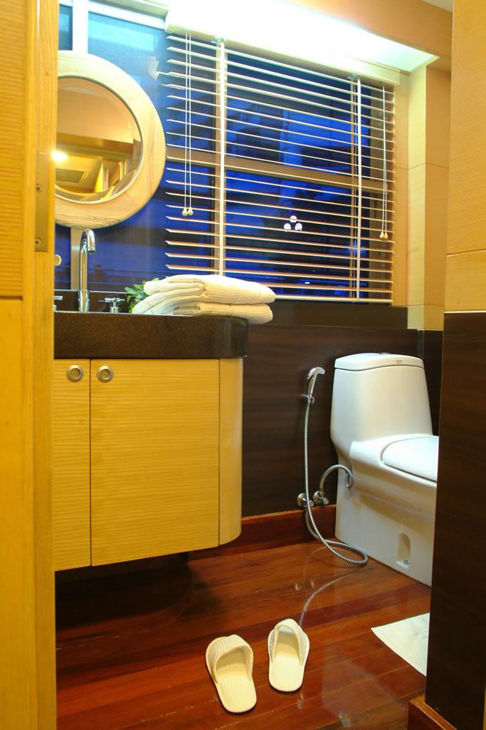 Starboard Cabin - Bathroom