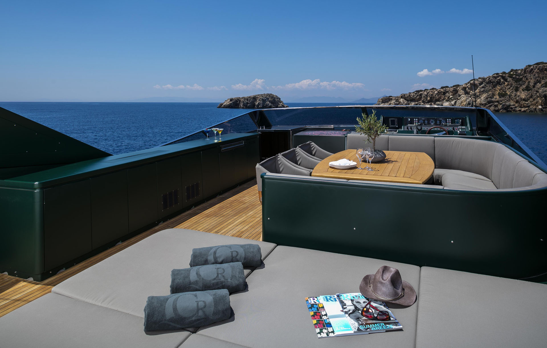Flybridge Dining And Sun Pads