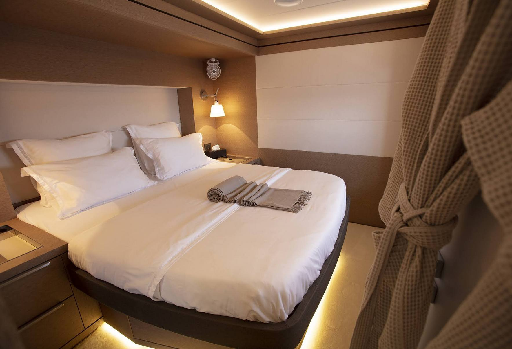 Guest double cabin amidships