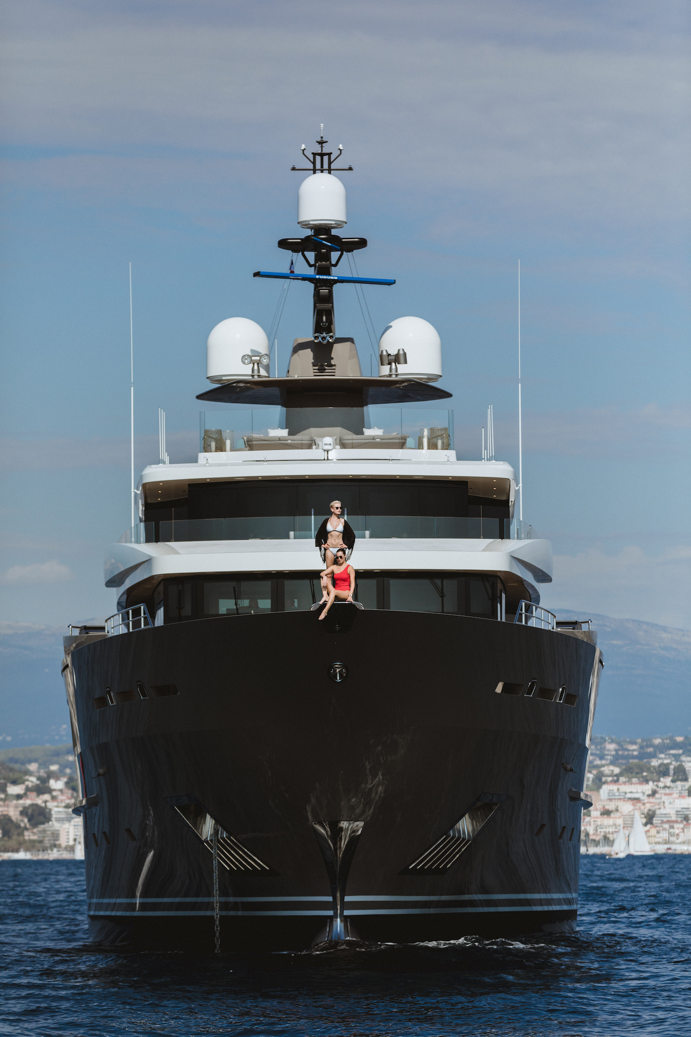 Superyacht SOLO Bow Lifestyle