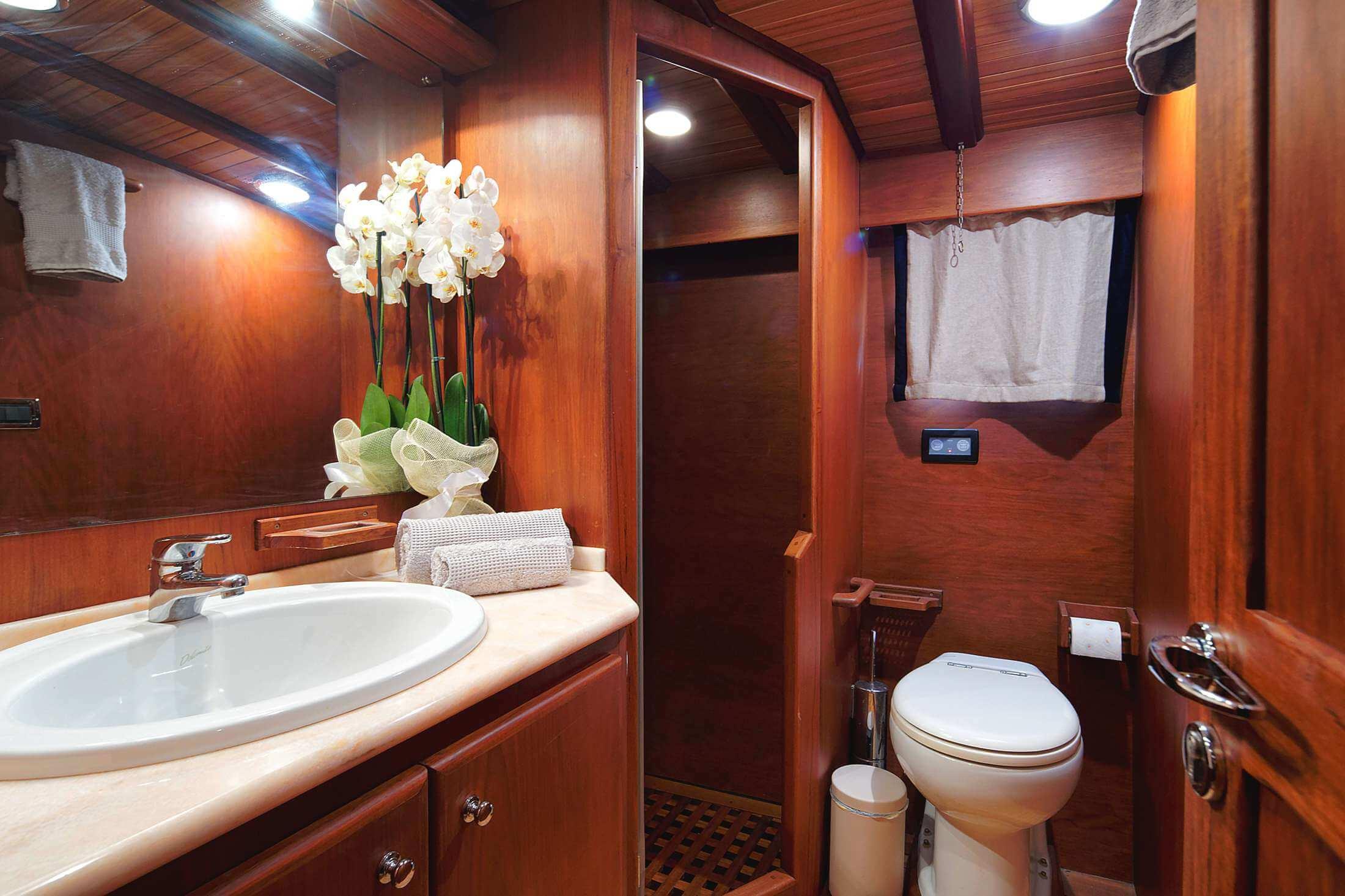 Guest En Suite Bathroom: Cabin Image Gallery