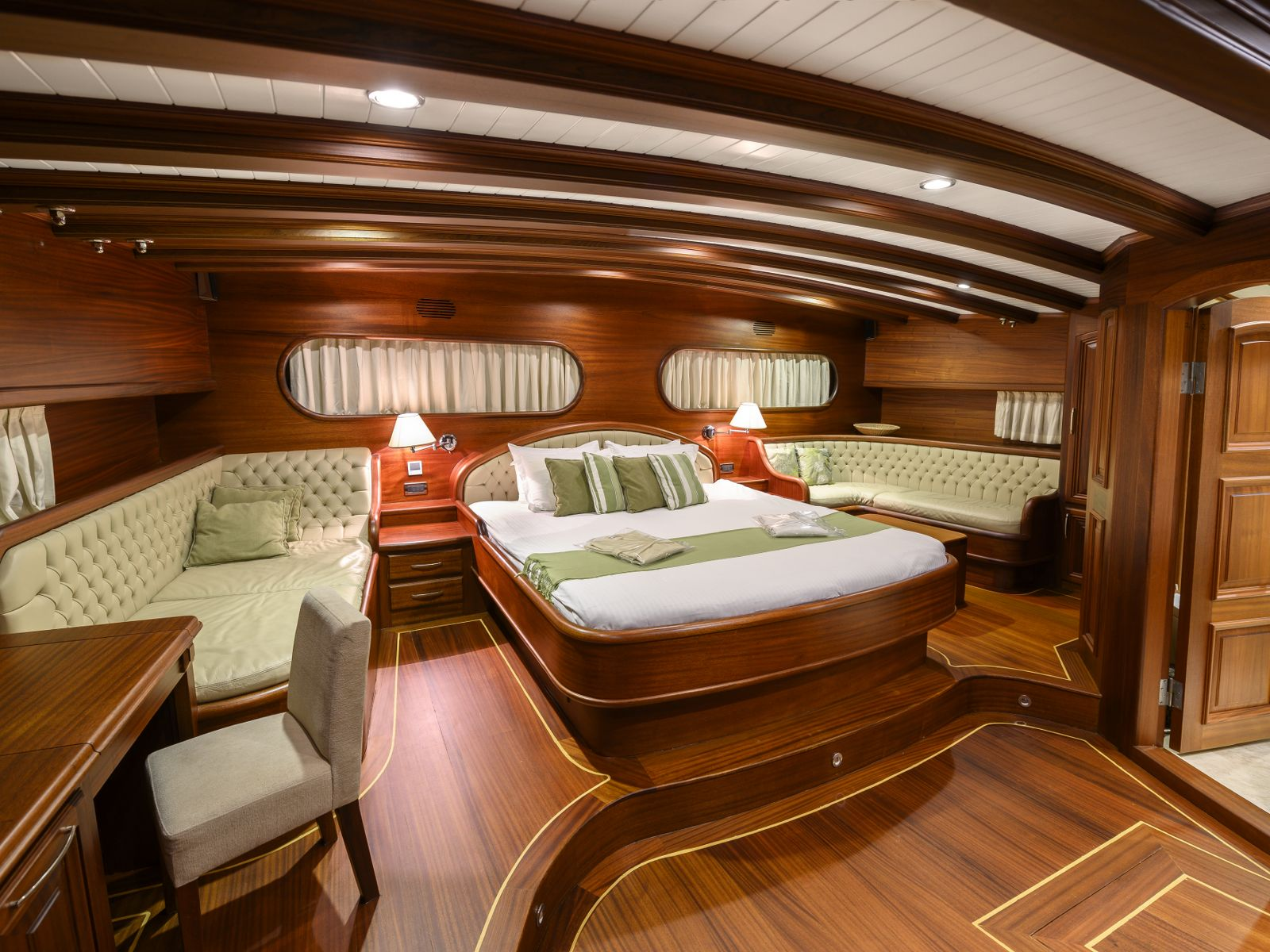 Aft master suite
