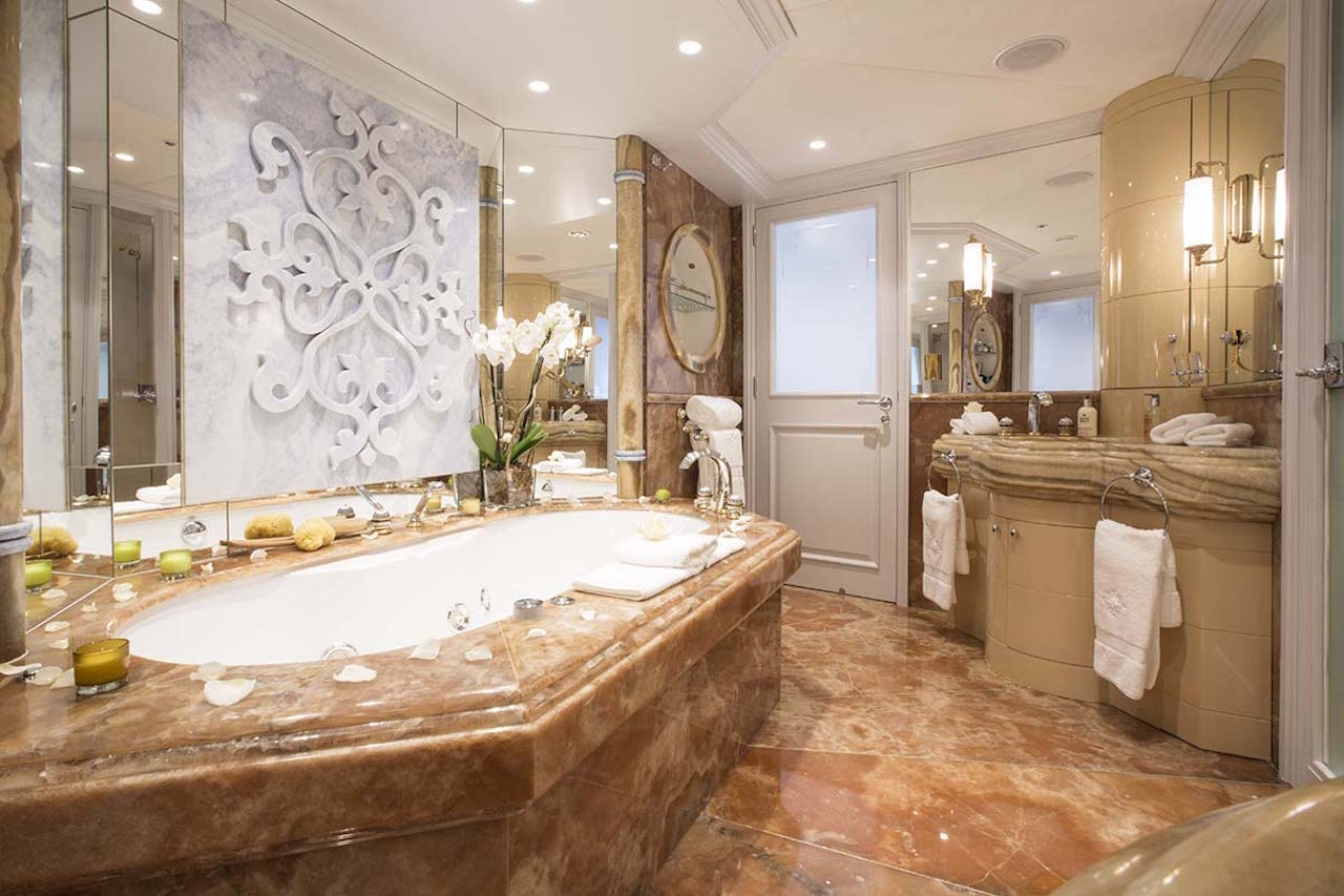 Luxury Yacht MOSAIQUE - En-suite Bathroom