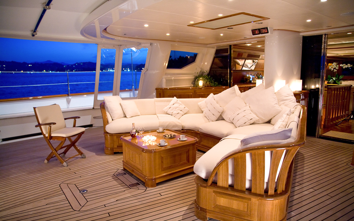 Yacht DRUMBEAT - Alloy Yachts - Aft Seating