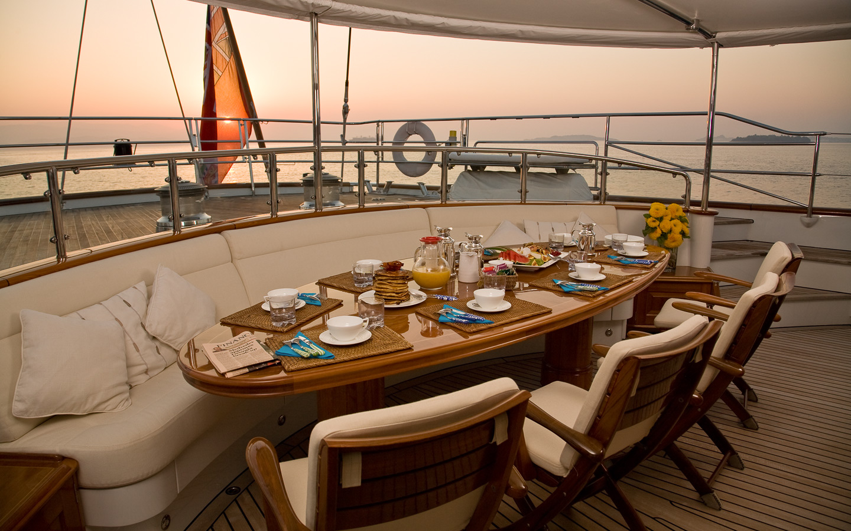 Yacht DRUMBEAT - Alloy Yachts - Al Fesco Dining At Dusk