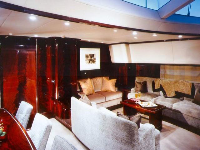 Sitting: Yacht LUDYNOSA G's Premier Saloon Captured