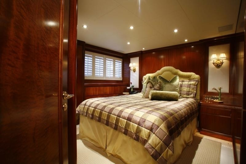 Starboard Side: Yacht OCEAN CLUB's Guest's Cabin Image