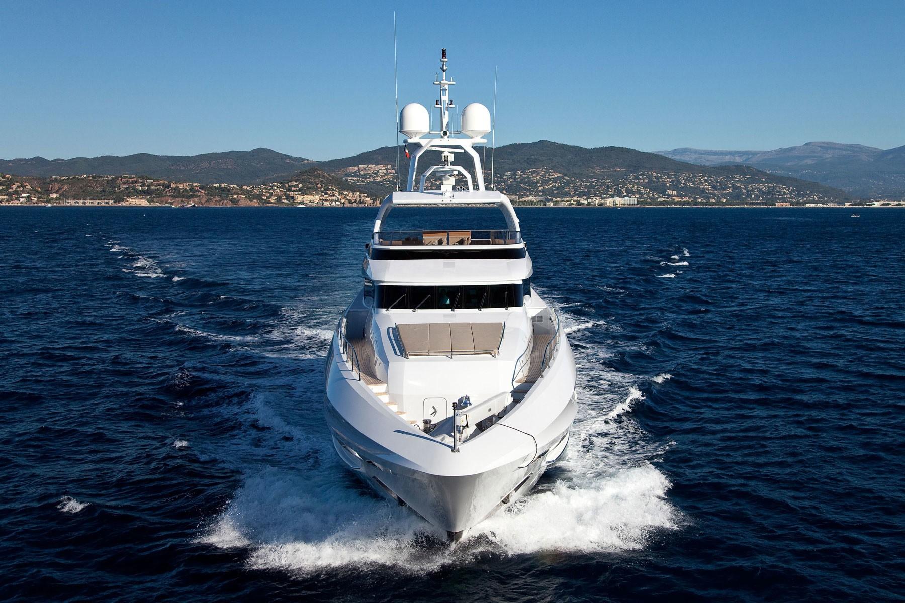 Forward: Yacht MANIFIQ's Cruising Photograph