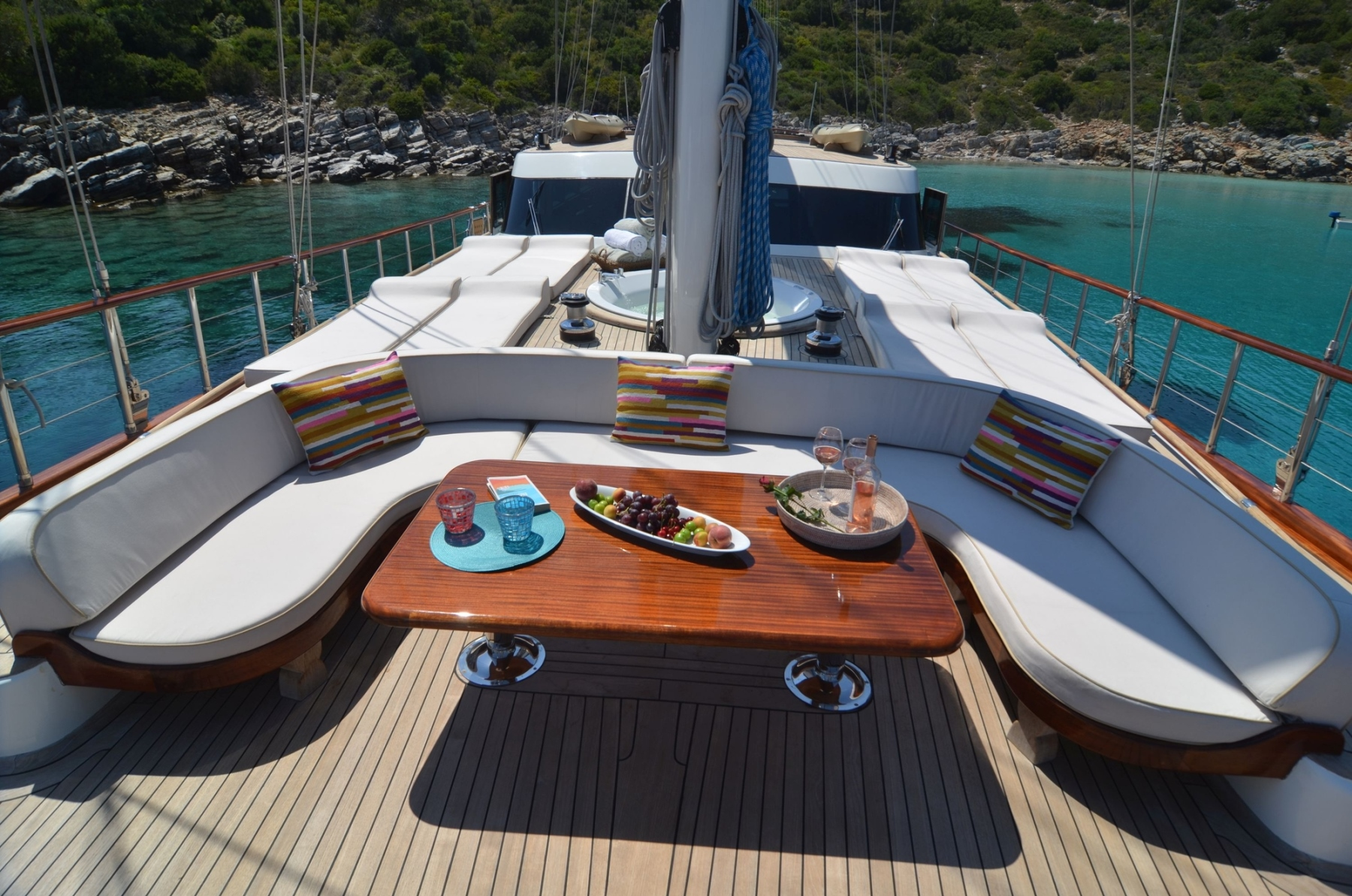 Foredeck with seating and dining
