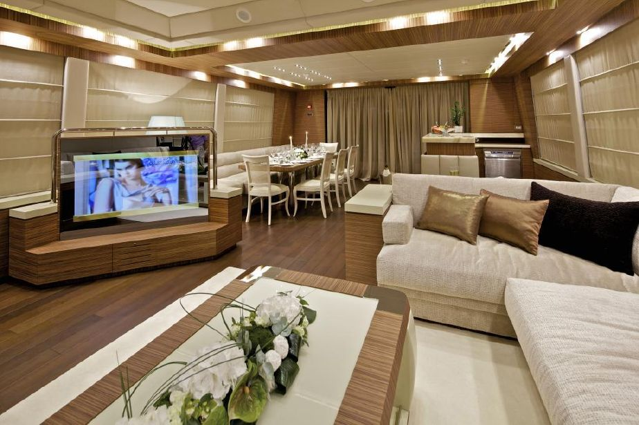 Saloon With TV And Dining